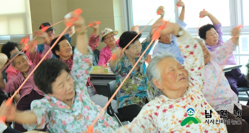 0626여성가족과-남원시, 한발 앞선 노인복지 실현1(금동 노인복지관에서 강사와 함께 몸을 풀고 있는 어르신.JPG